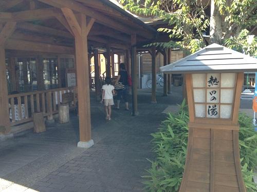道の駅「津島やすらぎの里」(愛媛県宇和島市津島町高田甲830-1)の温泉施設入口付近