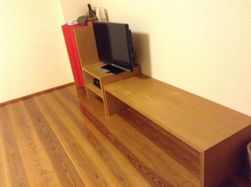 媛彦温泉の家族風呂(日帰りの湯)の貸切部屋内の休憩スペースとテレビなど