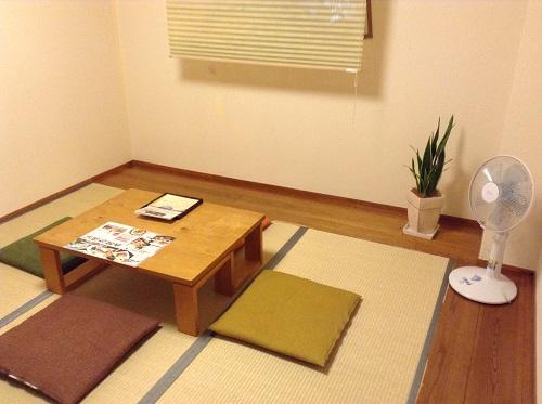 媛彦温泉の家族風呂(日帰りの湯)の貸切部屋内の休憩スペースとテーブルなど