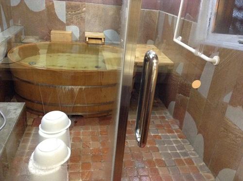 媛彦温泉の家族風呂(日帰りの湯)の貸切部屋内の洗面所に隣接するお風呂場