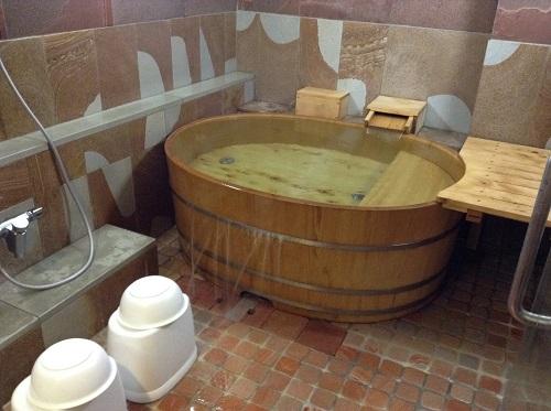 媛彦温泉の家族風呂(日帰りの湯)の貸切部屋内のお風呂場