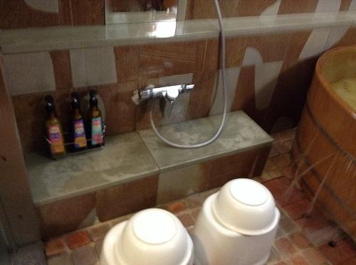 媛彦温泉の家族風呂(日帰りの湯)「桧(ヒノキ)」のお風呂場内にあるシャワー等