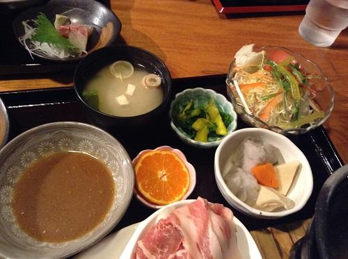 媛彦温泉のレストラン「モザンビーク」の悠湯膳のサラダ、味噌汁など