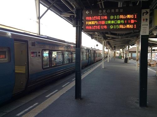 JR松山駅1番ホームに停車中の特急しおかぜ25号(アンパンマン列車)