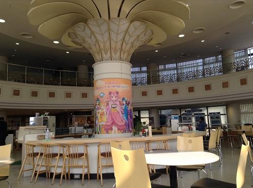 「セルフ 讃岐うどん 架け橋 夢 うどん」(瀬戸大橋与島パーキングエリア 与島プラザ)の食堂内の柱に貼られている「四国萌え隊」のポスター