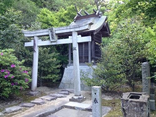 「大谷池築造殉職者供養塔入口」の石碑近くにある「龍王宮」という鳥居