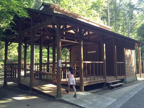 えひめ森林公園キャンプ場のトイレに隣接する木造の屋根付き休憩所