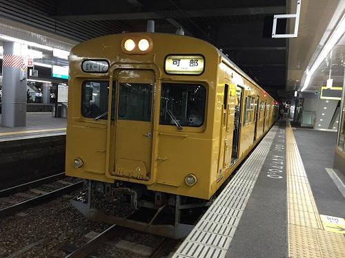 JR広島駅3番線ホームに停車中の列車「広K-12」(可部線・可部ゆき)