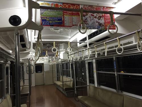 可部線「広K-12」の列車車内(JR可部駅に到着後、乗客が下車して誰もいなくなった車内)