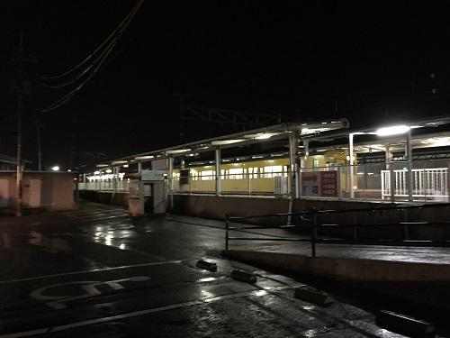 JR可部駅の駐輪場付近から眺めた可部駅ホームの様子(夜間の様子)