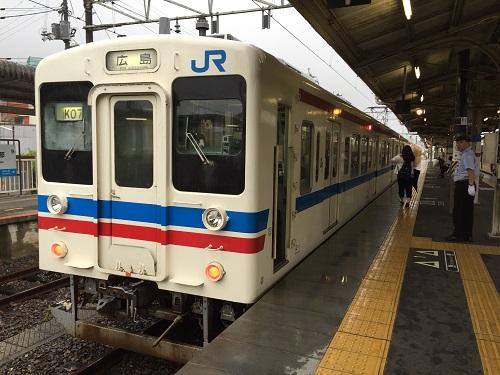 JR可部駅ホームに停車中の列車「K07」(広島ゆき)