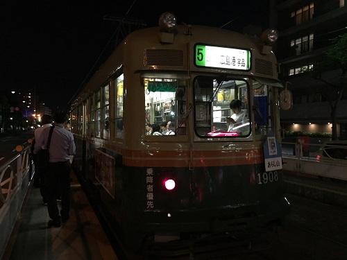 広電「的場町」電停に停車中の「広島港(宇品)ゆき」の市内電車