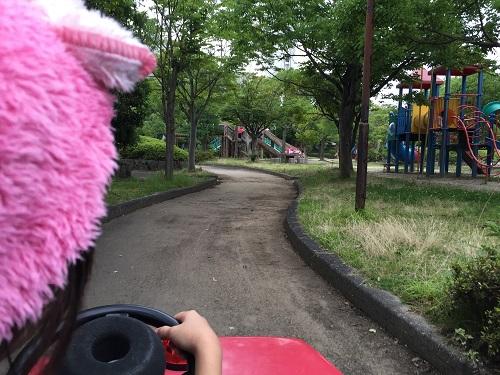 ウェルピア伊予<伊予市都市総合文化施設>(愛媛県伊予市下三谷1761-1)の子供広場の周りの道でカートを運転する娘