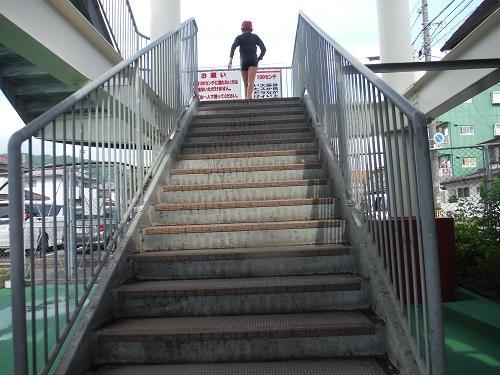 イヨテツスポーツセンター・スパイラルウォータースライダーの階段を上っていく小学6年生の娘