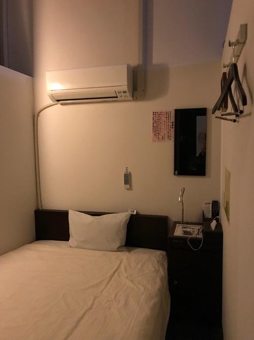 ホテルゆめのゆ エコノミーシングル(簡易宿泊)の室内の様子(ベッドと机)