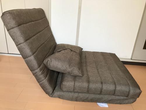 座椅子タイプに変形させたリクライニングソファ BONOと付属のクッションを横から見た時の様子