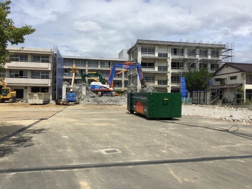 解体工事中の余土中学校校舎-正門側より2-2016年9月3日