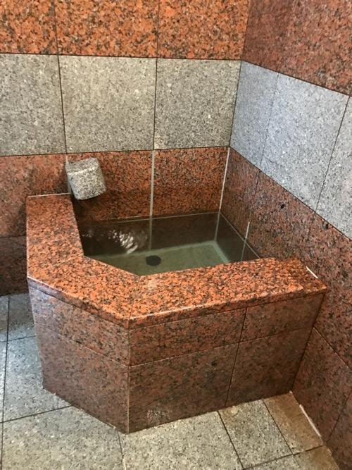 星乃岡温泉 千湯館 家族風呂・宿泊用の部屋「石の湯 305号室」の浴室内(水風呂)