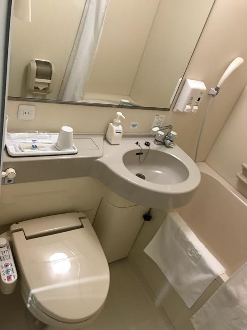 コンフォートホテル新潟駅前のシングルルームのトイレと洗面所とお風呂