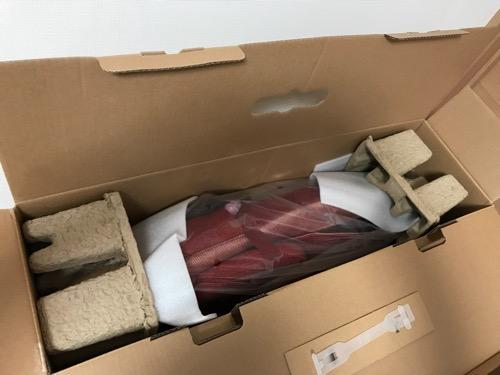 「TOR マッサージシート タタキもみ AX-HXT218rd レッド」の箱の蓋を開けた時の様子