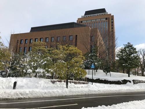 石川県庁と雪景色