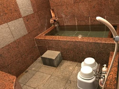 星乃岡温泉 千湯館 家族風呂・宿泊用の部屋「石の湯 305号室」の浴室内(温かいお風呂、シャワー)