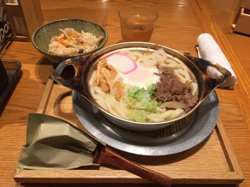伊予の手造りうどんとお酒 山羊 ヨドバシAKIBA店の「松山名物鍋焼きうどん」(うどん二玉)とランチサービスの炊き込みご飯