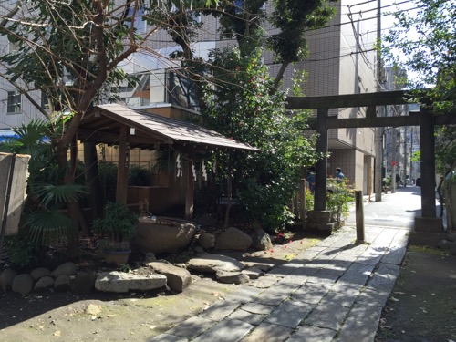 東京都港区新橋の盬竃神社(塩釜神社)の手水舎と鳥居