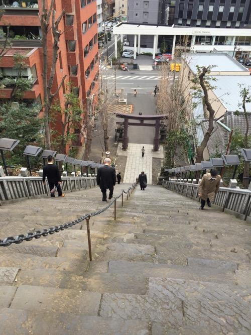 愛宕神社の出世の石段の下り口から眺めた下の方の眺め