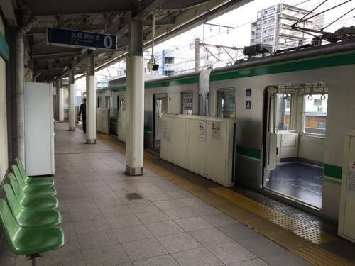 東京メトロ千代田線綾瀬駅0番線ホームに停車中の北綾瀬ゆきの電車の扉開放状態の様子