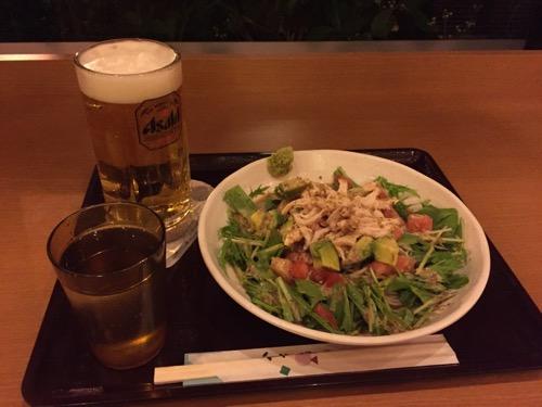 笑がおの湯 松戸矢切店の食堂の「アボガドとトマトのヘルシー十割ぶっかけそば」と「生ビール(中)」