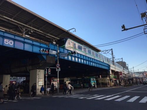 東京メトロ・JR綾瀬駅東口側から見たホームに到着しつつある亀有・金町方面の電車