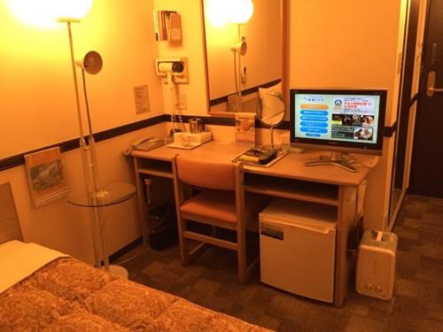 東横イン名古屋丸の内の机と椅子