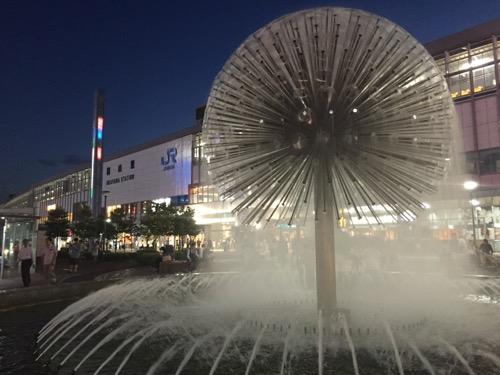 JR岡山駅前の球状噴水と駅ビルの夜の様子