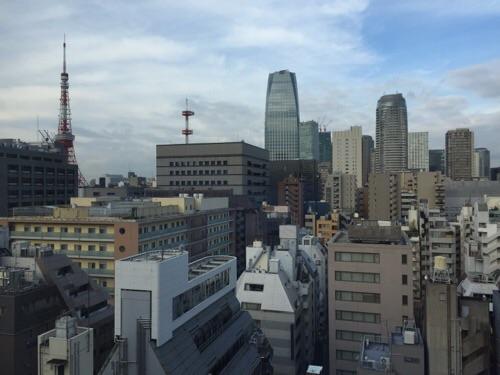 アパホテル新橋御成門の客室内からの眺めー朝の風景、東京タワー