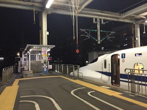 広島駅新幹線ホームに停車した新幹線のぞみ51号博多行