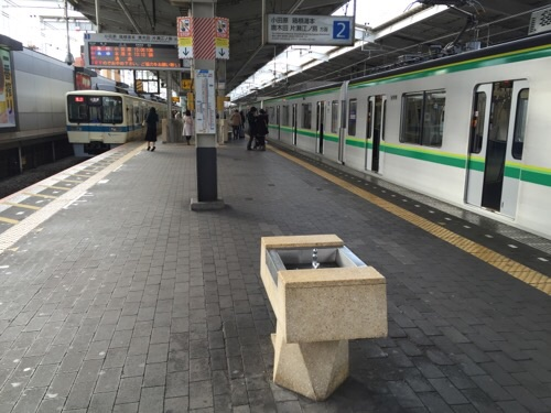東京メトロ千代田線の代々木公園駅から到着した時の代々木上原駅のホームにある水飲み場