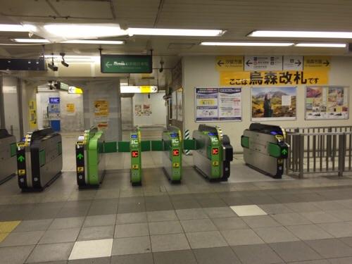 人気のないJR新橋駅構内ー烏森改札口前