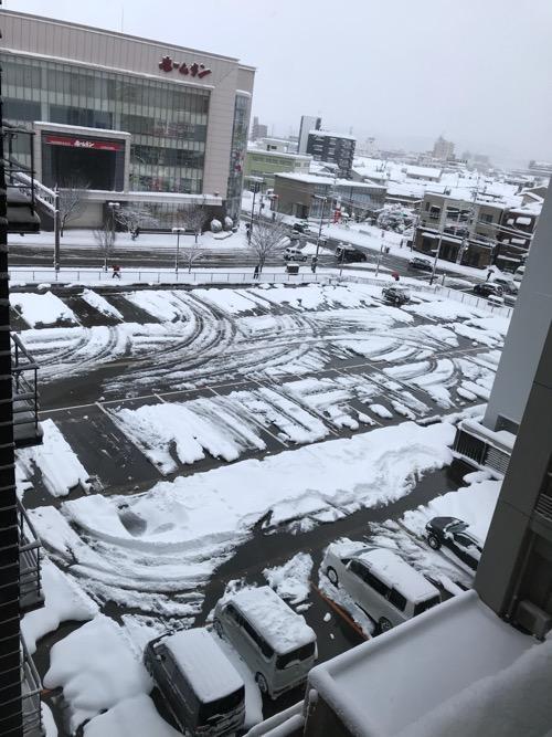 ドーミーイン金沢の5階客室から眺めた金沢の雪景色