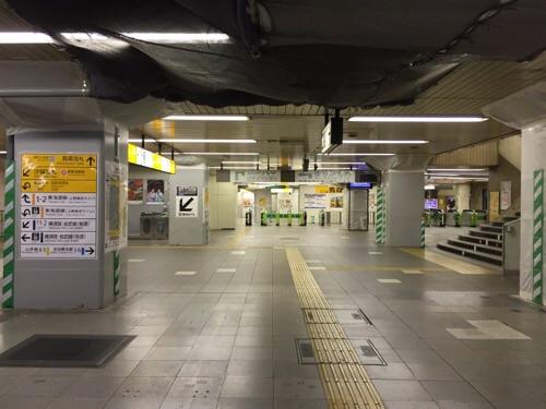 人気のないJR新橋駅構内ー烏森改札側の通路