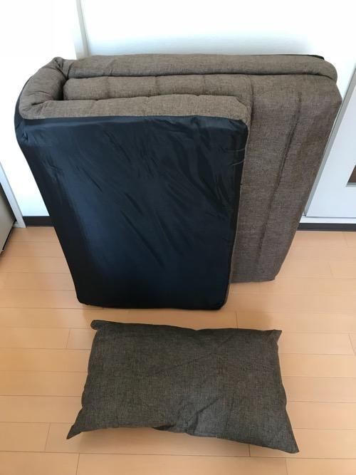 折りたたんだ状態のリクライニングソファ BONOのソファーと付属のクッション