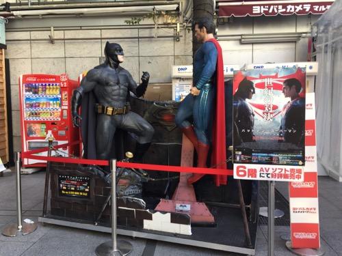 ヨドバシカメラ秋葉原店(マルチメディアAkiba)の映画「バットマン vs スーパーマン」の等身大の人形