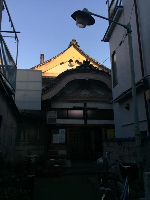 東京都荒川区の銭湯・草津湯の玄関付近