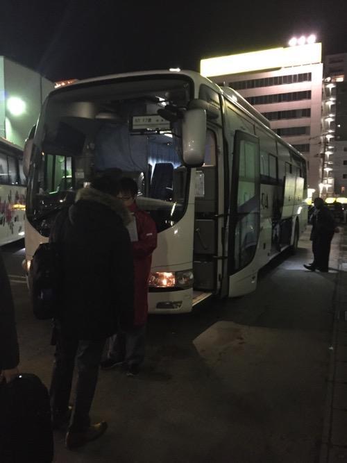 さくら観光仙台営業所に停車中のバスに乗り込む乗客達