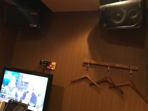 ジョイサウンド金町店の部屋の中、壁のハンガー