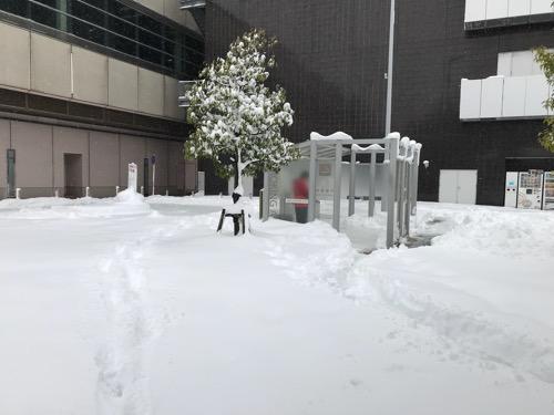 金沢駅西口の喫煙場所と雪景色