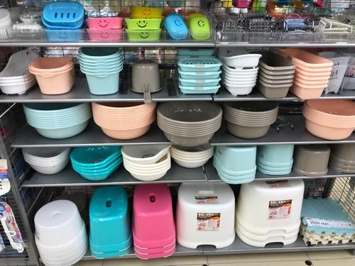 100円ショップ・ダイソーの店内に並ぶ洗面器