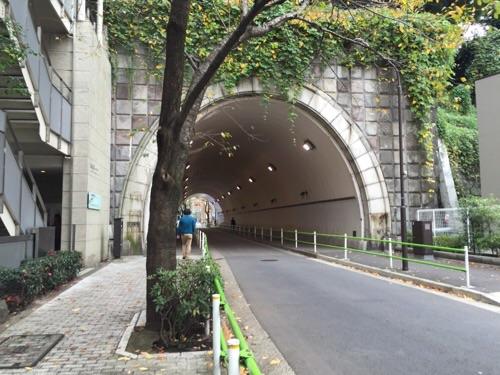 愛宕神社前交差点から見た愛宕トンネル、愛宕隊道