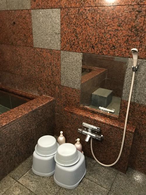 星乃岡温泉 千湯館 家族風呂・宿泊用の部屋「石の湯 305号室」の浴室内(シャワー、洗面器、腰掛、鏡)
