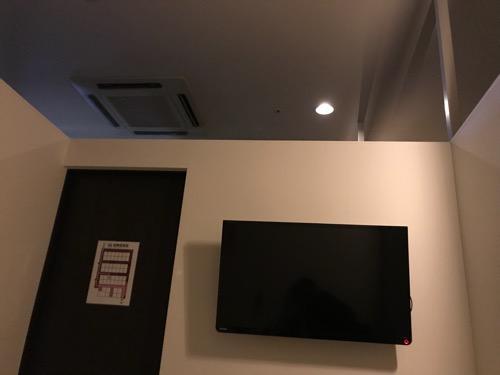 ホテルゆめのゆ エコノミーシングル(簡易宿泊)の室内の様子(テレビと天井と壁)